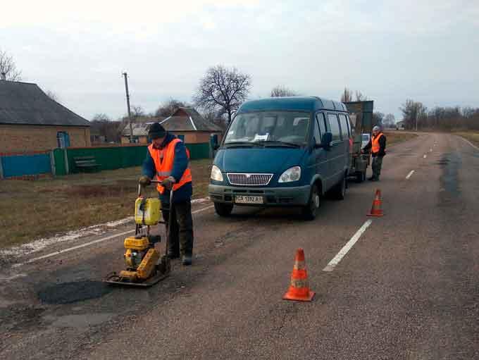 На трасі Золотоноша-Черкаси-Сміла-Умань провели аварійний ямковий ремонт