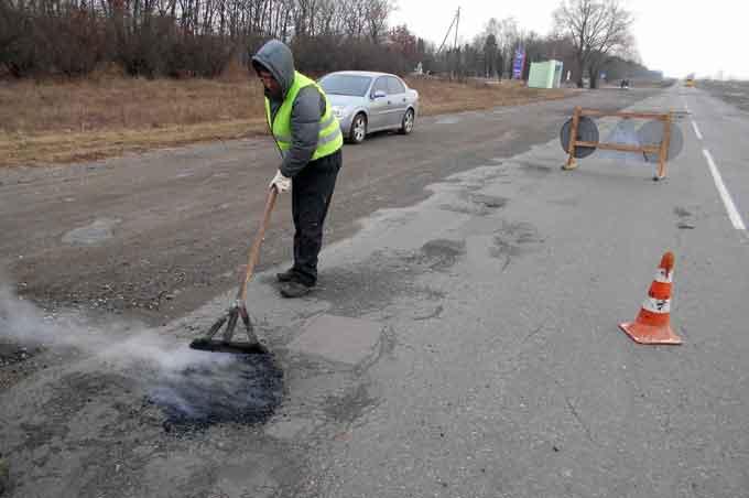 На державних дорогах Черкащини 9 березня ліквідували понад 1,2 тис. кв. м покриття ямковості