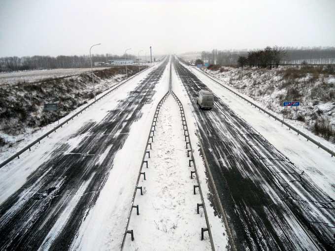 Автодорожники продовжують ліквідовувати наслідки снігопаду на автошляхах Черкаської області (фото)