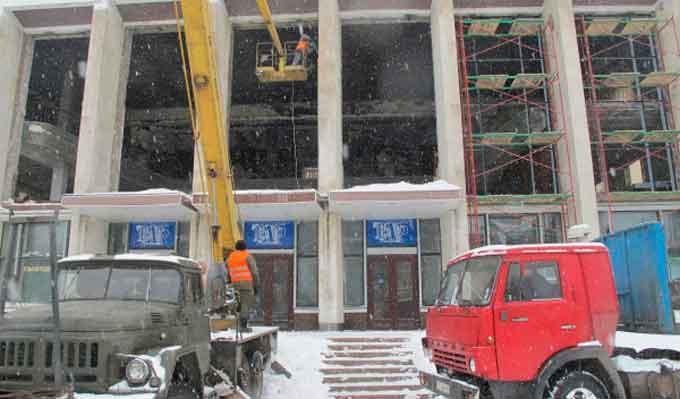 Театр мають накрити дахом уже наступного тижня, а зараз він засипаний снігом