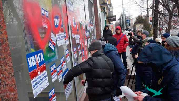 У Черкасах одне з відділень банку «Сбербанк Росії» в центрі Черкас на вулиці Смілянській заклеїли наліпками і розмалювали червоною фарбою. Акцію протесту проводили активісти організації «Національний корпус».