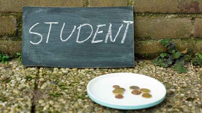 Студент з Черкащини підробляє жебракуванням, бо викладачці університету вимагають хабарі
