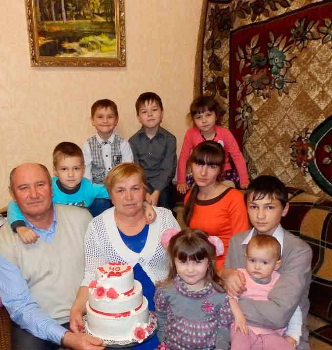 У номінації «Найбагатша бабуся» - це Созонтова Валентина Миколаївна, яка має вісім онуків, м. Звенигородка. Назва фото: «Мої онуки - моє багатство».