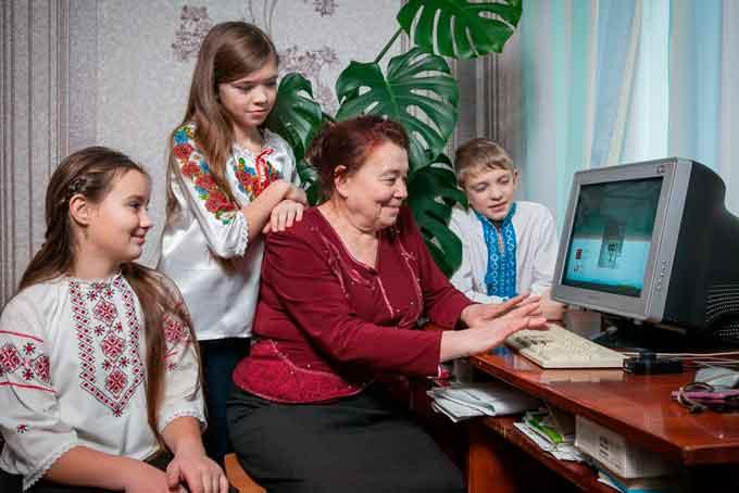 У номінації «Найсучасніша бабуся» - це Підлісна Любов Антонівна, м. Монастирище. Назва фото: «Наша бабуся - на хвилі сучасності».