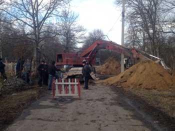 У Ватутіному тривають ремонтні роботи по усуненню пориву на каналізаційному колекторі
