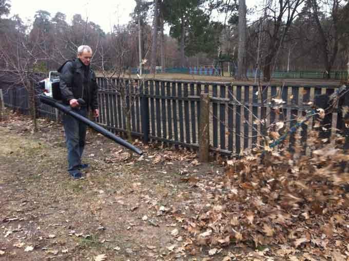 У Черкасах опале листя прибиратимуть повітродувками