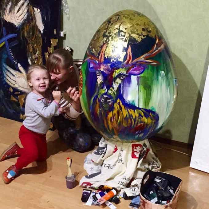 Фоторепортаж: уманська художниця створила гігантську писанку для всеукраїнського фестивалю