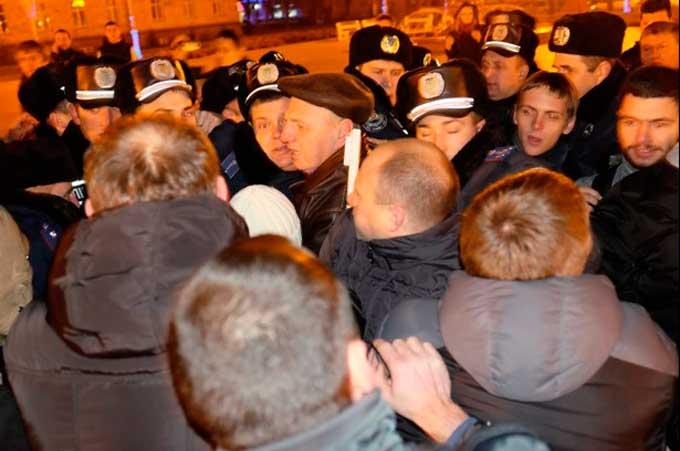 Люстрованого антиєвромайданівського поліцейського поновлено на посаді наказом начальника: саботаж люстрації чи звичайна корупція?