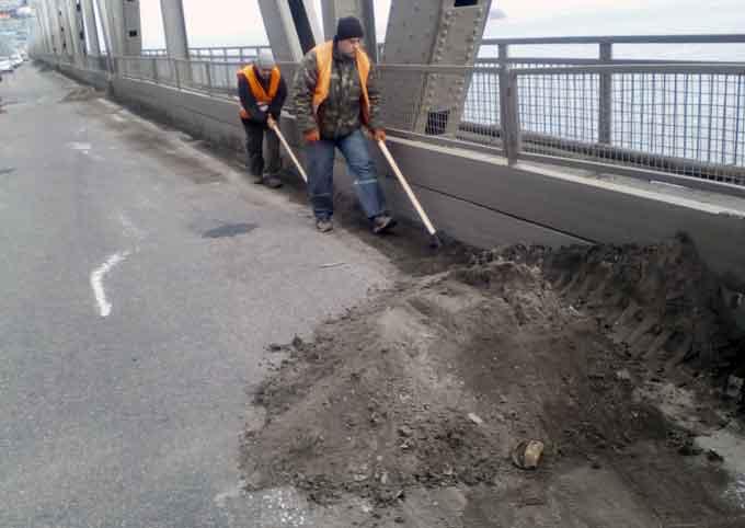 Автодорожники провели благоустрій мосту та дамби через Дніпро