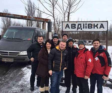 Волонтери зі Сміли вивезли з-під обстрілів у Жованці багатодітну родину