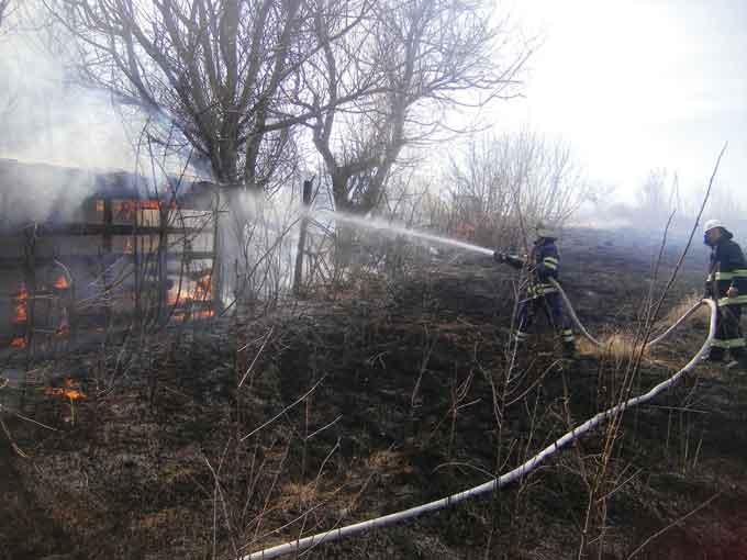 У Гордашівці через пожежу сухої трави загорілася надвірна споруда
