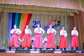 Зразковому аматорському танцювальному колективу «Барви» села Худяки - 25 років