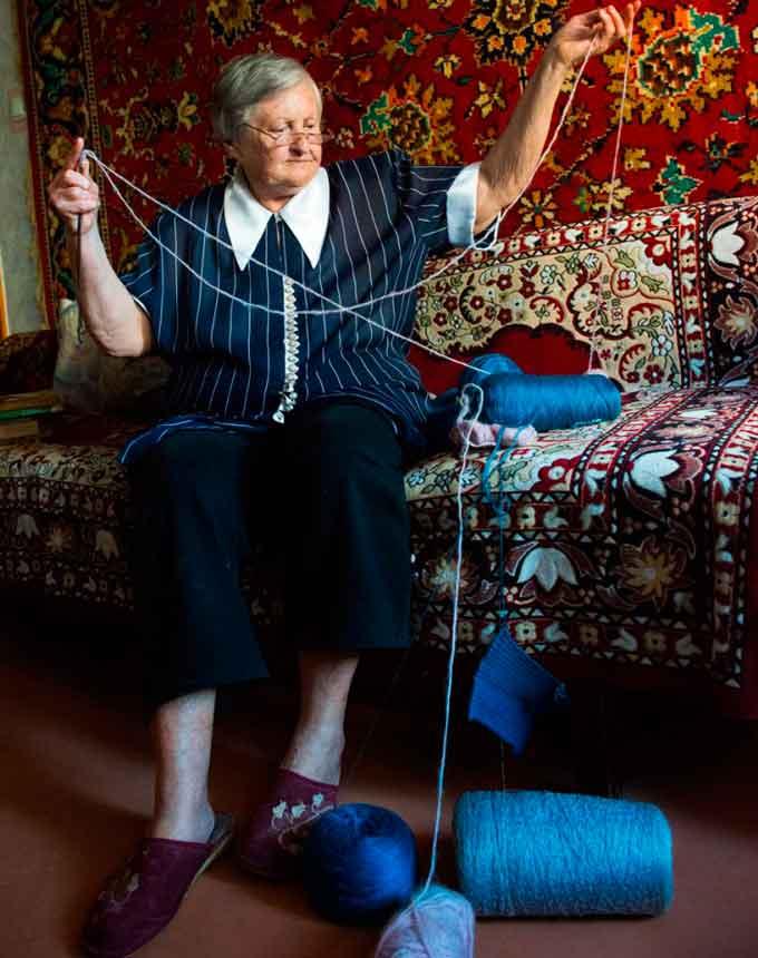 Ниткотерапія. Як бабуся із Черкас вилікувала руку після інсульту в'язанням