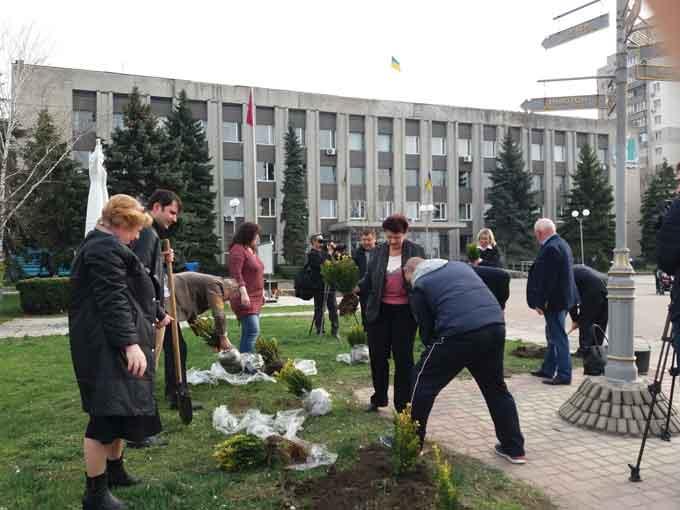 Фоторепортаж: у Смілі висадили нові кущі та дерева
