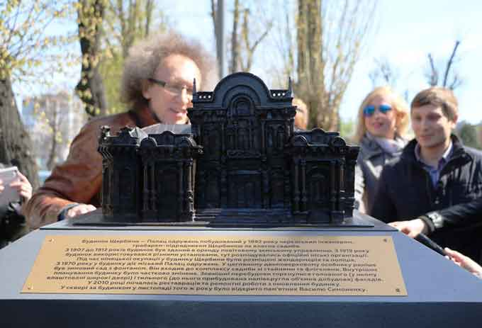 Фоторепортаж: на Хрещатику в Черкасах встановили міні-копії архітектурних пам'яток