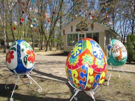 У Шполі облаштували Великодню галявину із гігантськими писанками