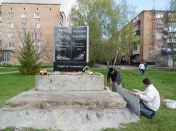 У Ватутіному встановлено пам'ятник захисникам України