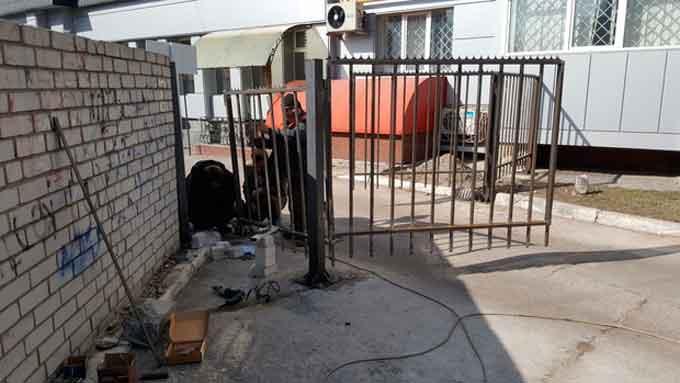 У центрі Черкас житловий будинок загородили парканом та не пускатимуть боржників