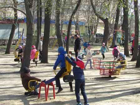 У Шполі оновлюють дитячий парк