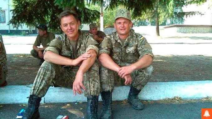 На фото Юрій Попович зліва, без головного убору