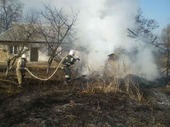 У Черкаській області за добу рятувальники тричі ліквідували пожежі надвірних споруд