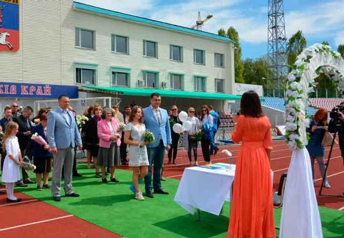Фоторепортаж: Андрій Більда та Марина Волошенко одружилися на біговій доріжці стадіону