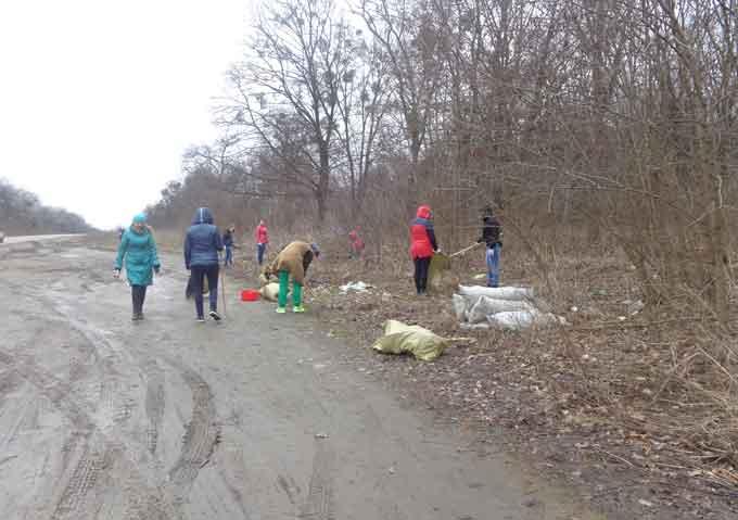 Лісівники та студенти прибрали ліс та узбіччя Собківського лісництва