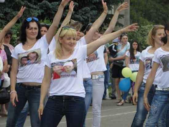 Фоторепортаж: у День захисту дітей шполянські матусі танцювали для своїх малят