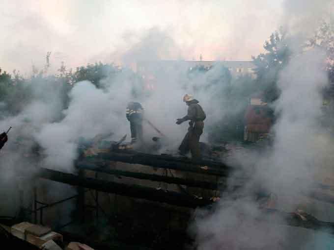 У Монастирищі під час ліквідації пожежі бійці ДСНС врятували автомобіль