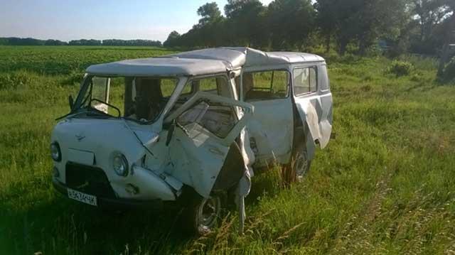 Фоторепортаж: на Маньківщині вантажний потяг зіткнувся з мікроавтобусом «УАЗ»