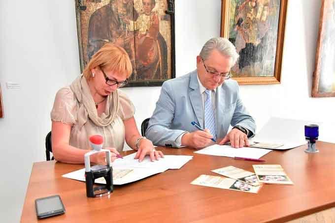 Свої підписи під договором поставили ректор ЧДТУ Олег Григор і директор обласного художнього музею Ольга Гладун
