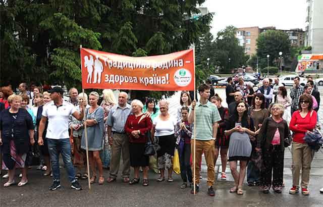 18 червня у центрі Смілі відбулася акція протесту проти насадження в Україні західних моральних цінностей, зокрема легалізації так званих секс-меншин. Як відомо, кульмінацією цієї пропаганди став учорашній гей-парад, який пройшов центром української столиці.
