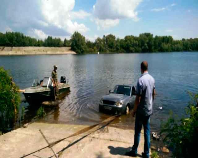 Відеорепортаж: у Каневі рятувальники витягли з річки автомобіль