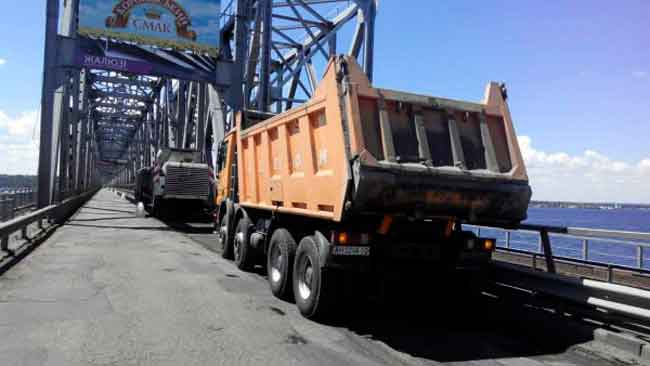 З 19 червня на мосту через Дніпро біля Черкас автомобільної дороги державного значення Н-16 Золотоноша-Черкаси-Сміла-Умань тривають ремонтні роботи. У зв'язку з проведенням поточного середнього ремонту мосту через Дніпро на км 23+068 та дамби на ділянках км 12+300 – км 23+062 та км 24+236 – км 25+440 з 23 червня запроваджено обмеження руху автотранспорту.