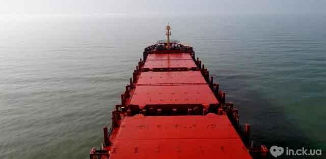 Роман працював на вантажному судні. Розповідає, що протягом усього контракту судно може не повертатися в Україну. У рейсовому завданні судно відвідує чимало країн. Вантаж, який перевозять, може бути різним: вугілля, брухт, найбільш популярне – зерно.