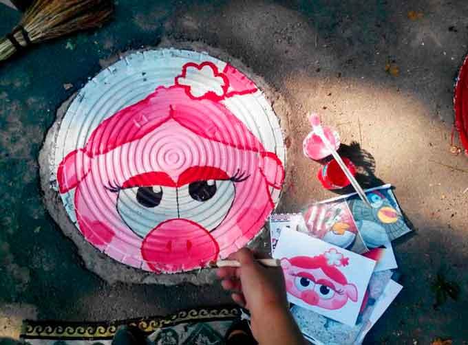 Творча молодь розфарбовує золотоніські каналізаційні люки (фото, відео)