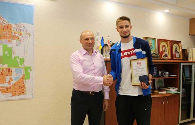 Міський голова відзначив 21-річного баскетболіста Олександра Кобця