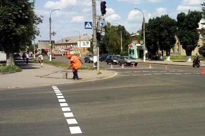 Працівники комунальної служби оновили дорожню розмітку на перехрестях та вулицях Сміли (фото)