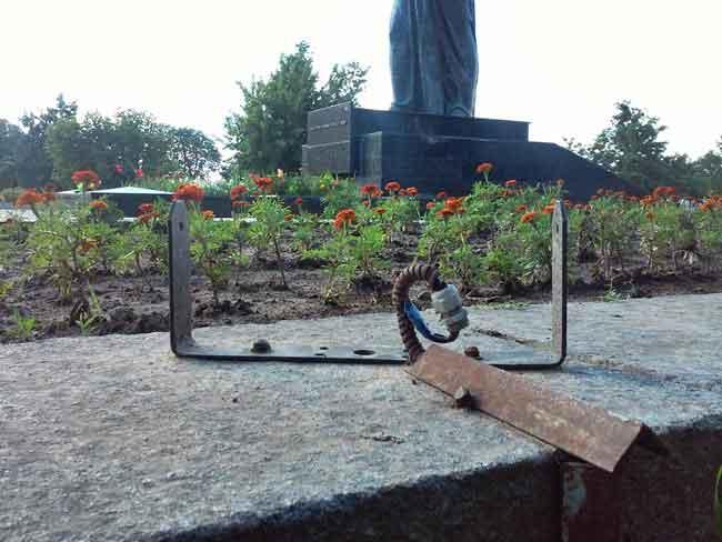 У Каневі вандали влаштували погром на території Меморіалу слави (фото)