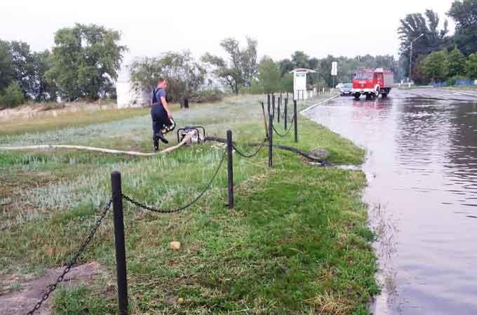 Біля Лисянки та Золотоноші на дорогу попадали дерева, а Канів затопило (відео)