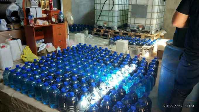 У Черкасах припинено діяльність підпільного цеху з незаконного виготовлення алкогольних напоїв (фото)