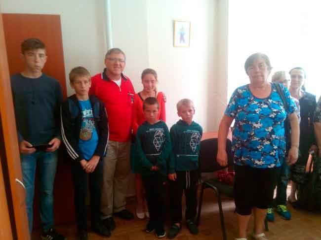 У рамках благодійної акції соціального проекту «Надія для сиріт», служба у справах дітей за участю волонтера Міжнародної благодійної організації «Час допомагати» Юрія Клієра (Германія), провели чергову зустріч з 12 дітьми-сиротами, дітьми-інвалідами з 7 опікунських сімей.