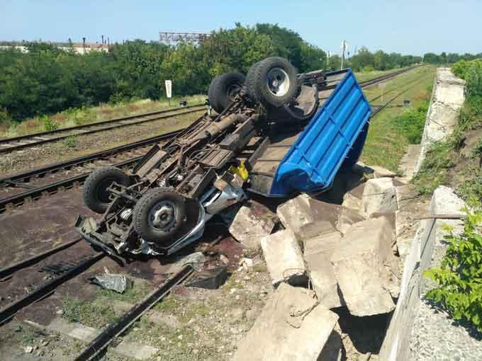 На Золотоніщині на залізничному переїзді перекинулась вантажівка (фото, відео)