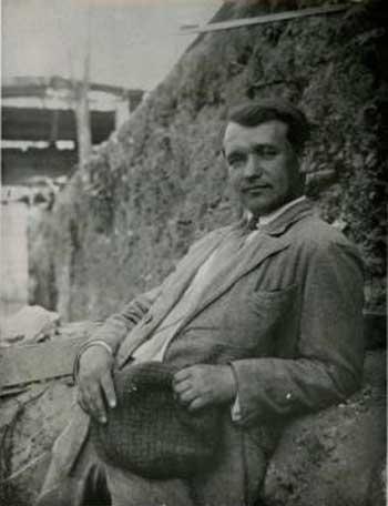 Трохим Тесля на розкопках Десятинної церкви у Києві. 1936 рік.