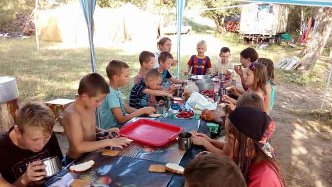 На Черкащині в Тальнівському районі у селі Чеснопіль на мальовничому березі озера відбувся православний дитячий табір.