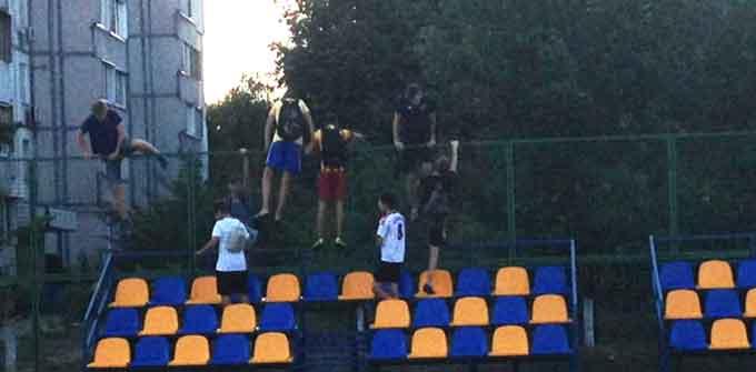 У Черкасах потрощили новий футбольний майданчик (відео)