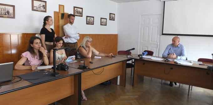 Група депутатів міськради намагалася зірвати прес-конференцію міського голови Черкас (відео)