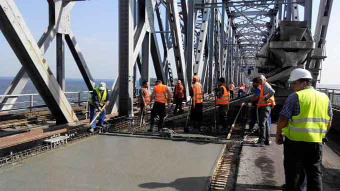 На мосту через Дніпро продовжуються роботи із заливання бетонної монолітної плити