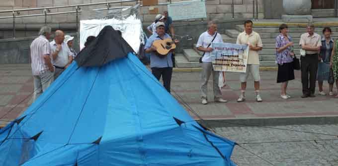У Черкасах на площі письменники поставили курінь і вимагають повернути їм приміщення (відео)