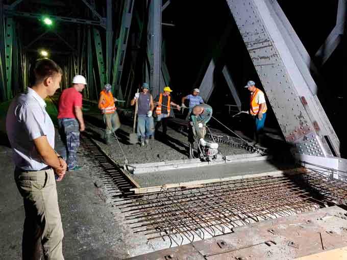 На мосту через Дніпро продовжують заливати монолітну плиту та очищувати металеві конструкції
